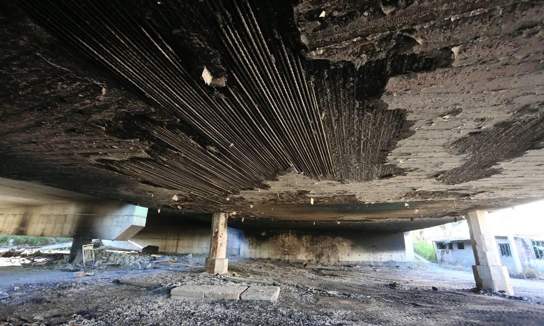 De acordo com a concessionária Arteris Fluminense, oincêndio comprometeuparte da estrutura do viaduto, que tem 60 metros de extensão Foto: Fabiano Rocha / Agência O Globo