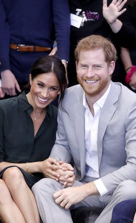 Meghan Markle posa sorridente ao lado do marido, príncipe Harry Foto: Chris Jackson / Reuters