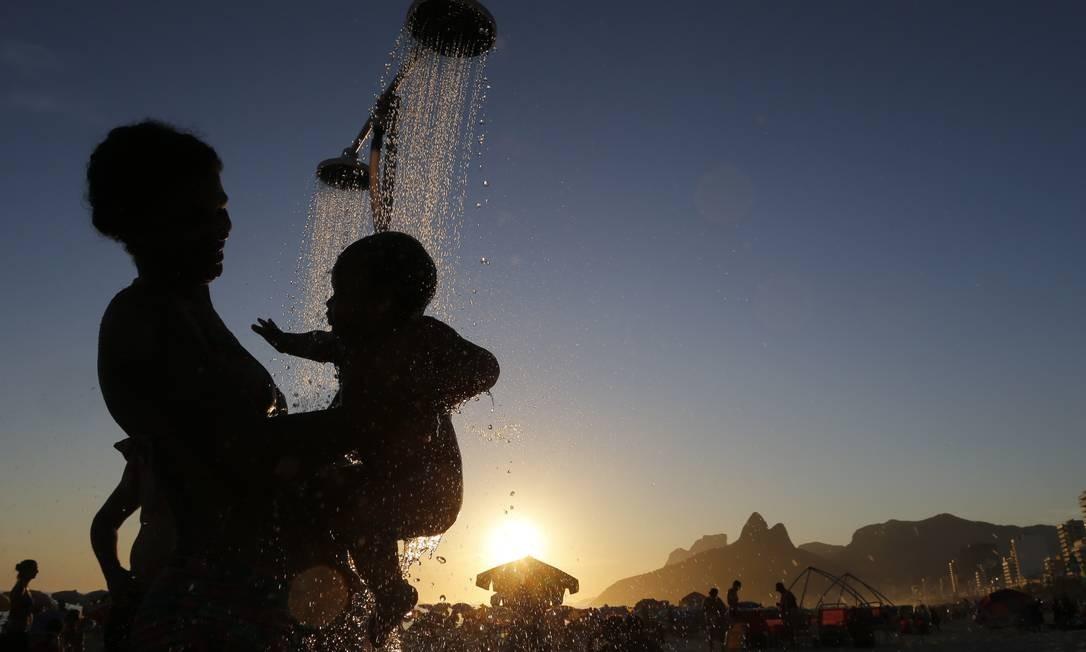 Banhistas aproveitam mais um dia de temperatura alta no Rio. Domingos Peixoto / Agência O Globo