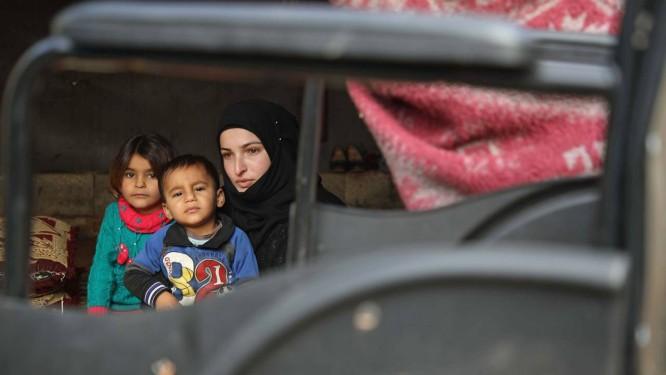 Mulher síria com os dois filhos na província de Idlib Foto: AAREF WATAD / AFP