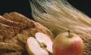 Pão de farinhas integrais, grãos inteiros e maçãs são exemplos de alimentos ricos em fibras que revisão de estudos aponta ser capaz de ajudar a prevenir doenças Foto: Leonardo Aversa/02-06-1997