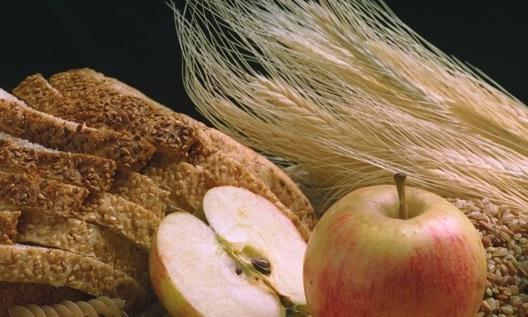 Pão de farinhas integrais, grãos inteiros e maçãs são exemplos de alimentos ricos em fibras que revisão de estudos aponta ser capaz de ajudar a prevenir doenças Foto: / Leonardo Aversa/02-06-1997