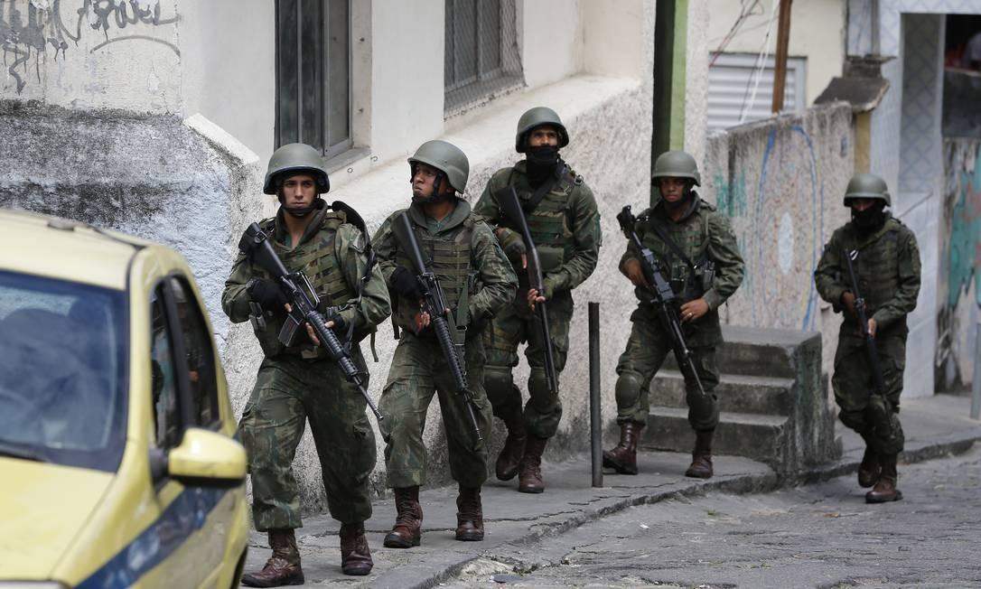 Militares do Exército e da Marinha durante operação no Morro do Fallet Foto: Pablo Jacob/Agência O Globo/07-11-2018