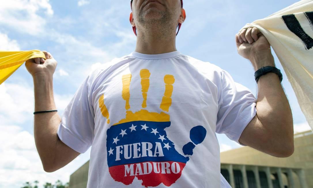 Venezuelanos que vivem no Brasil participam de um protesto contra o presidente venezuelano Nicolas Maduro em frente ao Palácio do Itamaraty, em Brasília SERGIO LIMA / AFP
