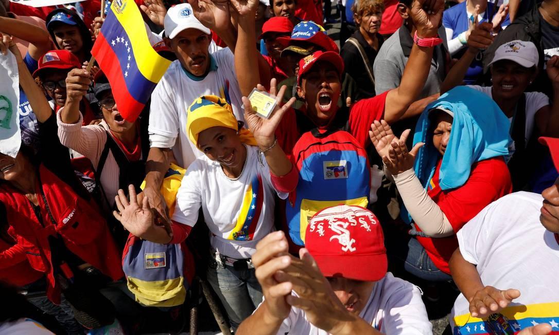 Apoiadores de Nicolás Maduro se reúnem em torno da Suprema Corte antes de sua cerimônia de posse STRINGER / REUTERS