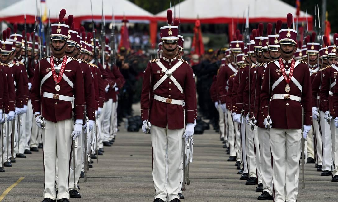 Cadetes das Forças Armadas Nacionais Bolivarianas se preparam para o início da cerimônia de reconhecimento ao Presidente Nicolas Maduro Foto: FEDERICO PARRA / AFP