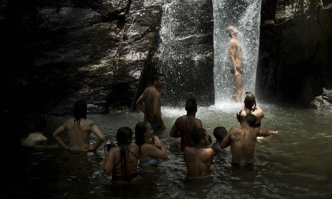 Banhistas fazem fila para aproveitar queda d'água no Horto Foto: Márcia Foletto