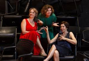Na foto, as atrizes Deborah Bloch (vestido verde), Leticia Isnard (vestido vermelho) e Stella Freitas Foto: Leo Martins/Agência O Globo