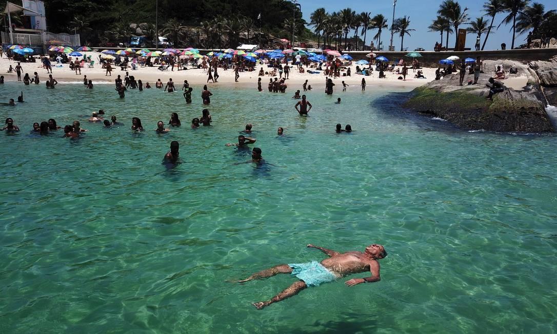 Calor e mar caribenho levam cariocas e turistas para a Praia do Arpoador Foto: Custódio Coimbra