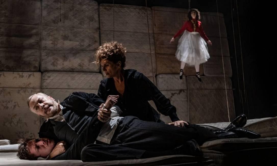 Deborah Bloch e Guilherme Weber estrelam 'Antes que a definitiva noite se espalhe em Latino América' Foto: Divulgação/Mauricio Fidalgo