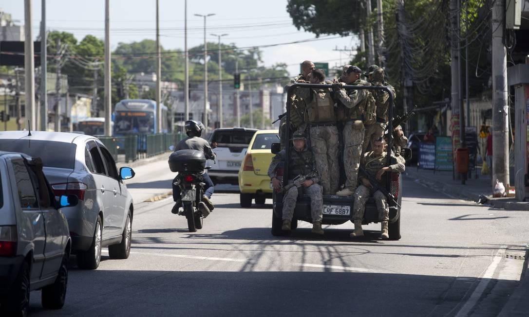Policiais do Bope na Rua Cândido Benício, em frente as favelas Bateau Mouche e Chacrinha. Foto: Márcia Foletto / Agência O Globo