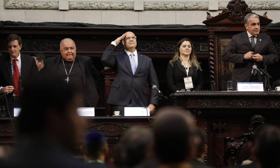O primeiro ato da posse foi na Assembleia Legislativa do Rio (Alerj). Ao lado de Crivella e Dom Orani Tempesta, Witzel bate continência Foto: Custódio Coimbra / Agência O Globo