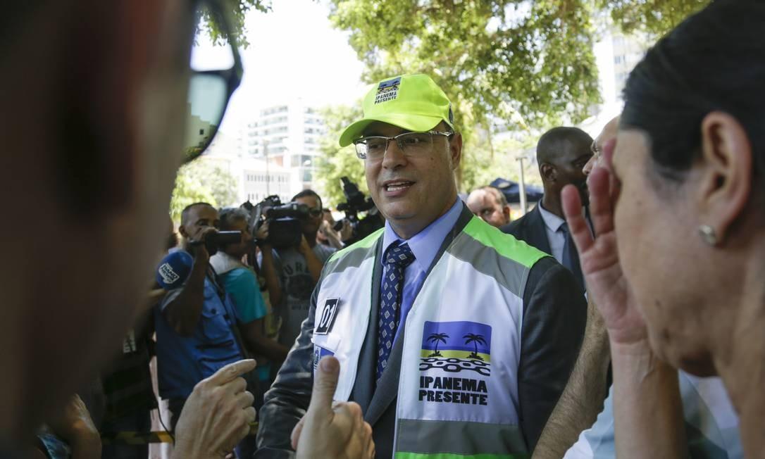No lançamento dos novos programas do Segurança Presente, na Tijuca e em Ipanema, Witzel também fez questão de vestir os adereços que são utilizados pelos agentes Gabriel de Paiva / Agência O Globo