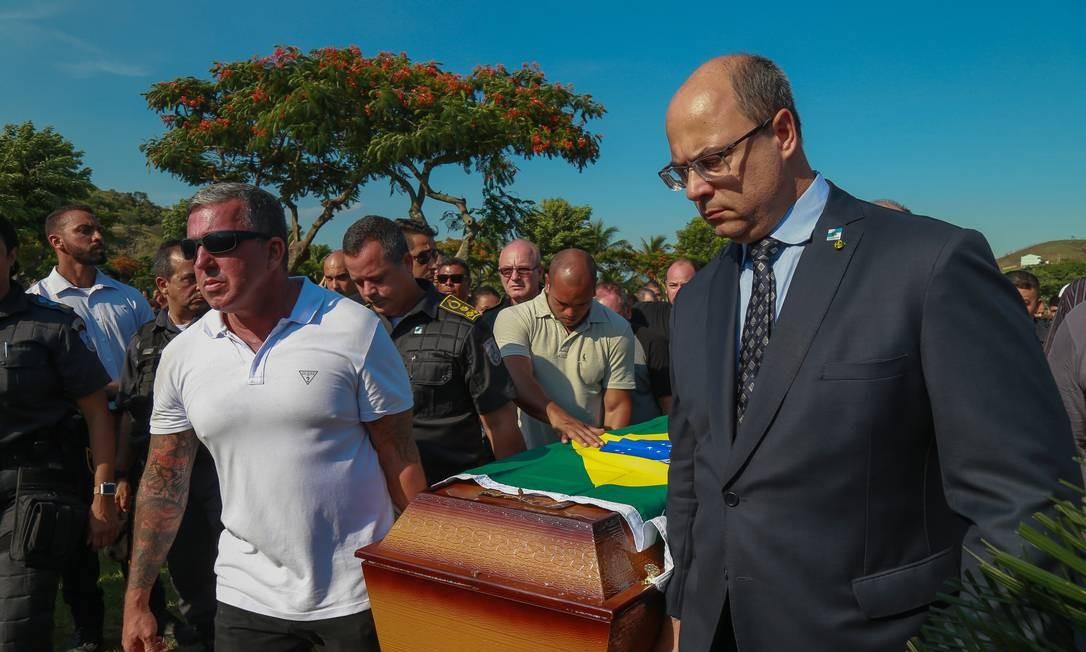 Antes do ano completar a primeira semana, a primeira morte de policial militar no Estado do Rio já comovia o governador, que fez questão de ir ao enterro, no Jardim da Saudade, em Sulacap Marcelo Regua / Agência O Globo