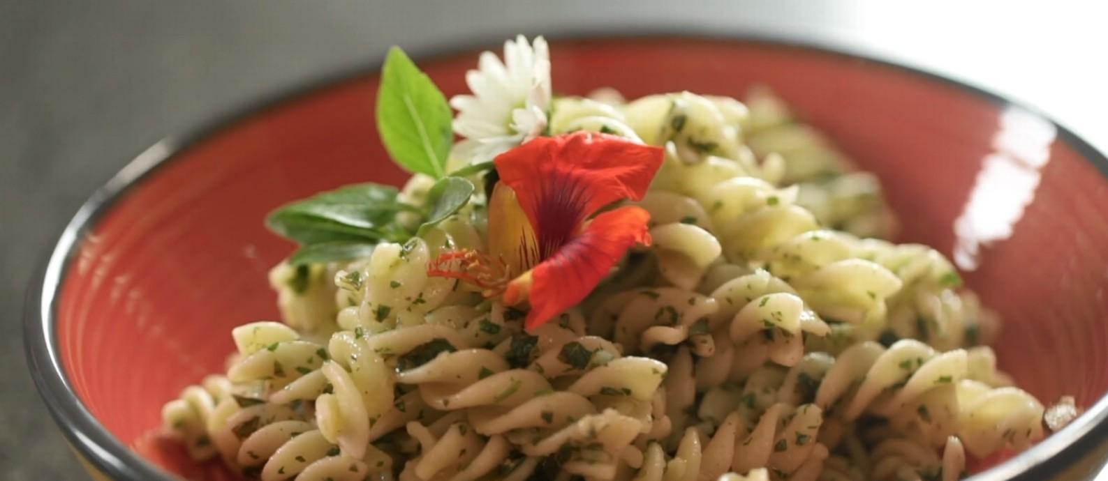 Versão da receita de origem italiana leva manjericão, salsa e castanha-do-pará Foto: G.lab