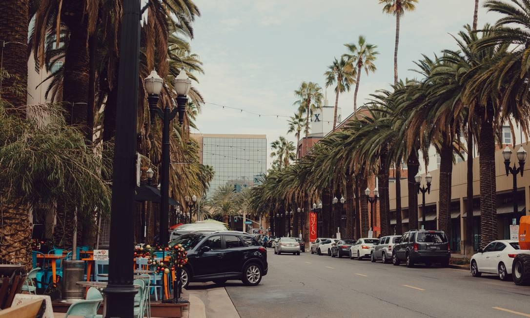 Trecho da CrtCity, onde fica o Center Street Promenade, que reúne lojas e restaurantes Foto: Rozette Rago/The New York Times