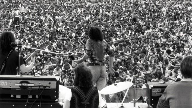 Joe Cocker (de costas) no Festival de Woodstock, em agosto de 1969 Foto: Henry Diltz / Rhino Entertainment