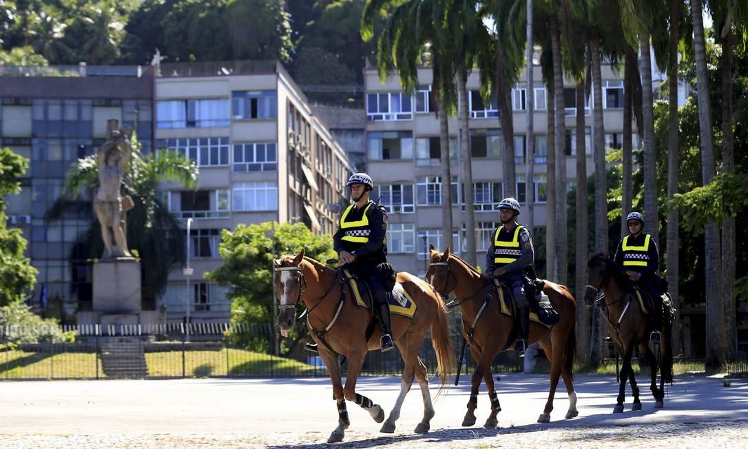 Equipe de policiais a cavalo no patrulhamento da Glória Foto: Marcelo Theobald / Agência O Globo