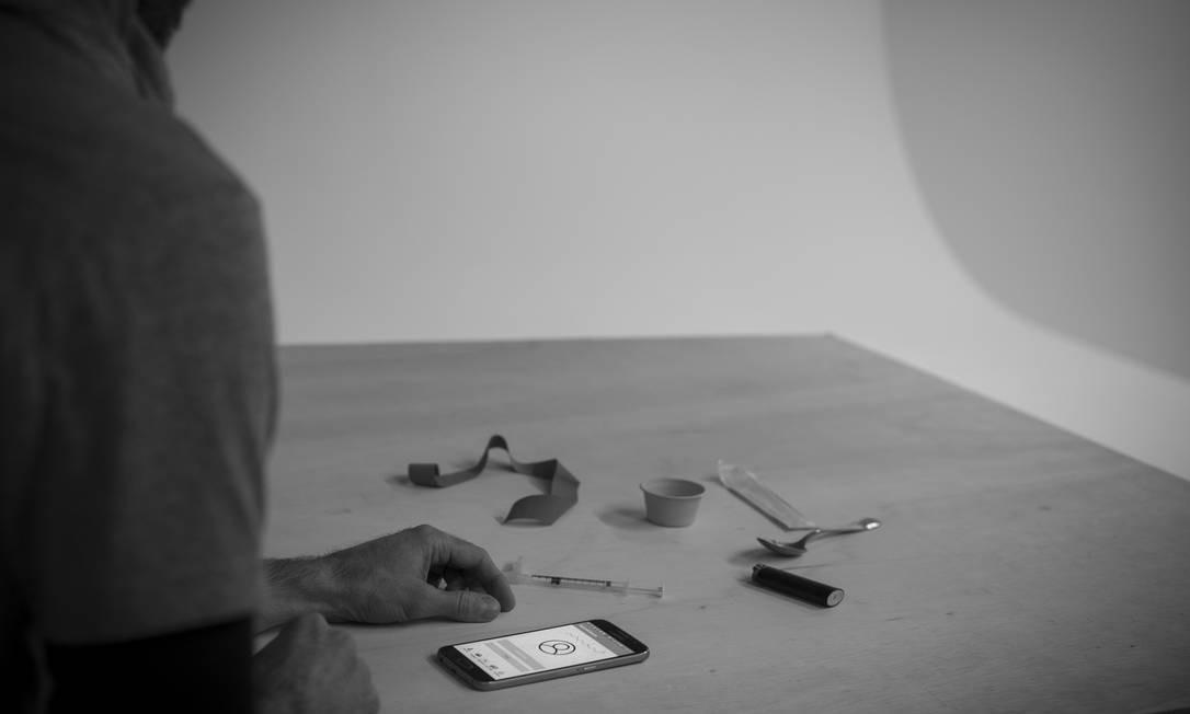Exemplo de uso do aplicativo: programa transforma celular em um sonar que monitora respiração de usuários de opioides injetáveis Foto: Mark Stone/Universidade de Washington