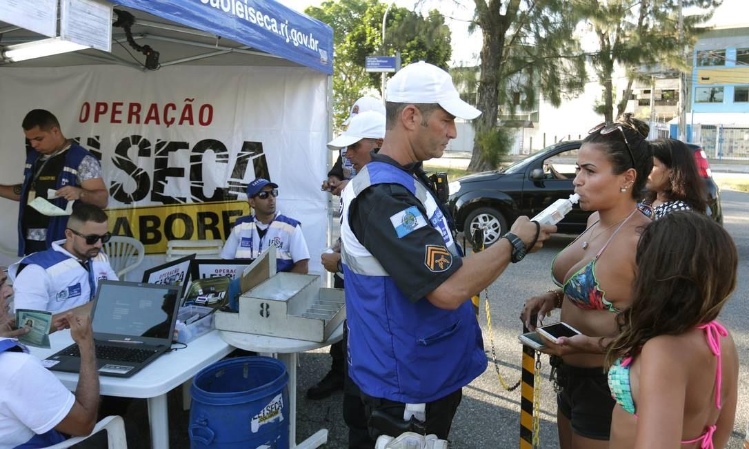 Motorista não passou no primeiro teste, mas, no segundo, 15 minutos depois, acabou sendo liberada Foto: Marcio Alves / Agência O Globo
