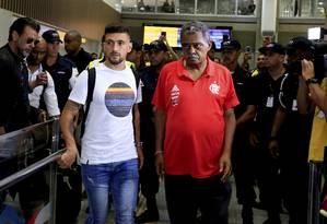 Arrascaeta desembarcou no Aeroporto do Galeão na noite desta quinta-feira Foto: MARCELO THEOBALD / Agência O Globo
