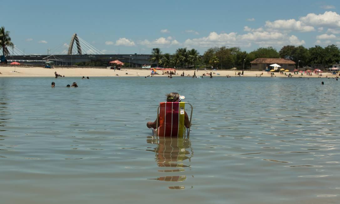 Banhista no piscinão de Ramos, que passou por manutenção em dezembro feita pela prefeitura e tem ficado lotado nos últimos dias Brenno Carvalho / Agência O Globo