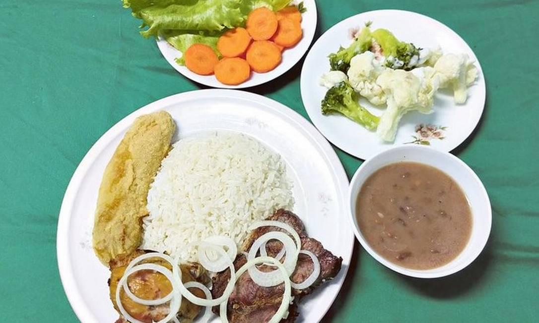 Salada é compensada por porções generosas de carboidrato, desequilibrando o valor calórico e contribuindo para índices de obesidade Foto: Divulgação