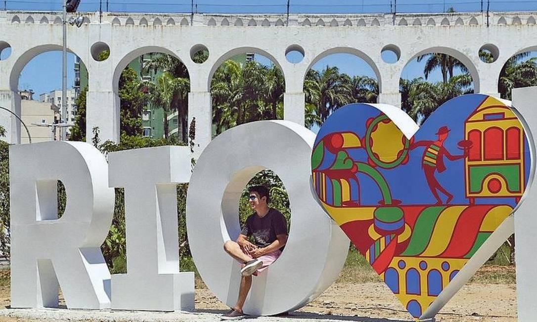 Painel nos Arcos da Lapa vira atração: escultura, com 11 metros de altura, é do designer Caio Leitão Foto: Gabriel de Paiva / Agência O GLOBO