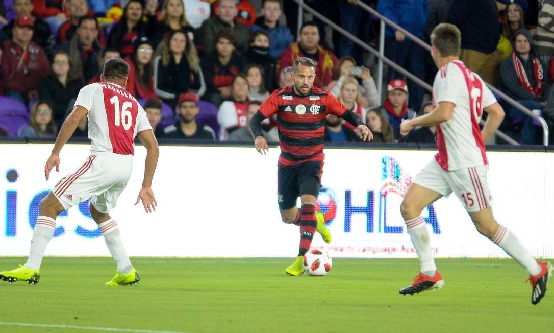 Éverton Ribeiro carrega o Flamengo ao ataque na partida contra o Ajax pela Florida Cup Foto: Alexandre Vidal / Flamengo