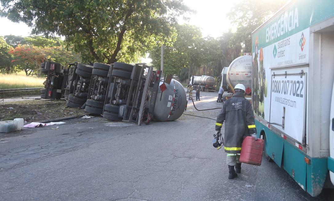 Material de carreta que tombou no Trevo das Margaridas é retirado Foto: Fabiano Rocha / Agência O Globo
