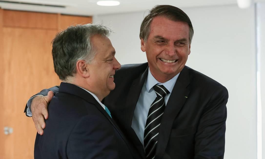 Presidente brasileiro, Jair Bolsonaro cumprimenta primeiro-ministro húngaro, Viktor Orbán, em Brasília Foto: MARCOS CORREA/Presidência do Brasil / AFP