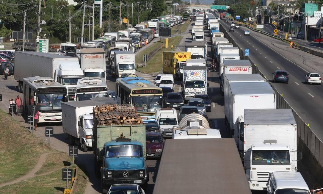 O acidente provocou grande engarrafamento na região durante grande parte da manhã Foto: Fabiano Rocha / Agência O Globo