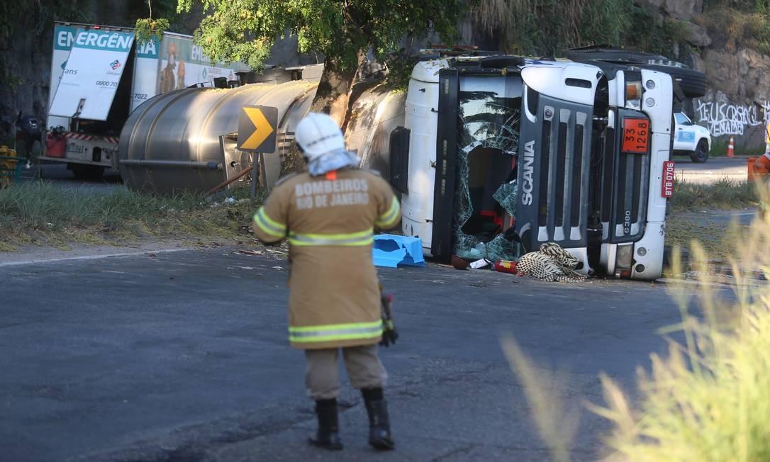 Caminhão-tanque levava carga de combustível Foto: Fabiano Rocha / Agência O Globo