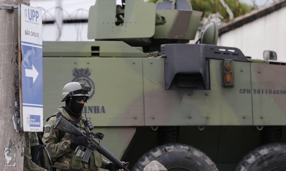 Militares do Exército e da Marinha fazem operação no Morro do São Carlos, no bairro do Rio Comprido, zona norte do Rio de Janeiro Foto: Pablo Jacob / Globo/7-11-2018