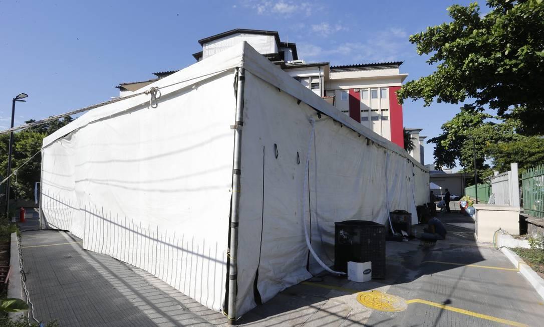 A tenda armada na área externa do Hospital contava com quatro aparelhos de ar-condicionado e dois ventiladores Foto: Domingos Peixoto / Agência O Globo