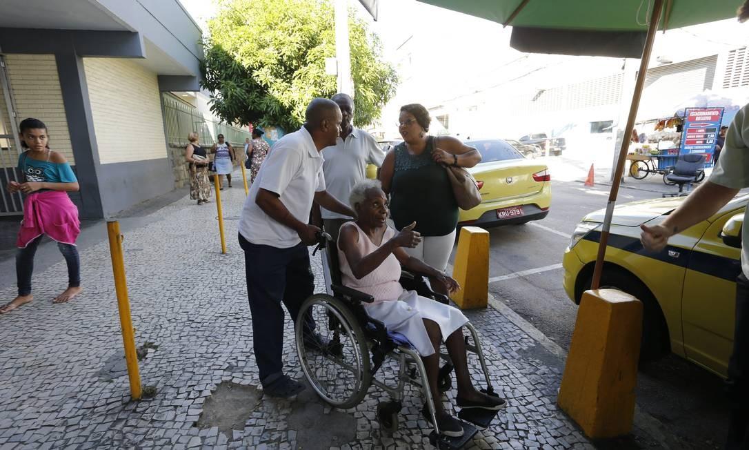 Idosa cumprimenta taxista na entrada do hospital de Bonsucesso Domingos Peixoto / Agência O Globo