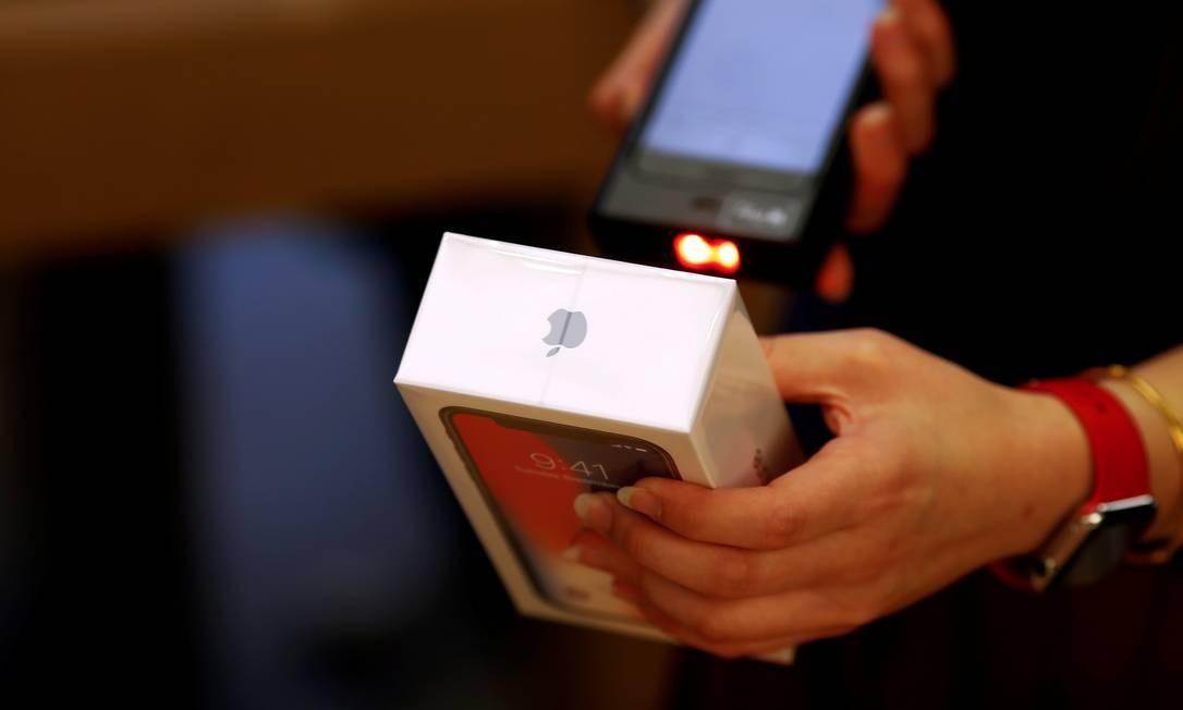 Um iPhone é vendido em uma loja da Apple em Pequim, China Foto: Damir Sagolj / REUTERS