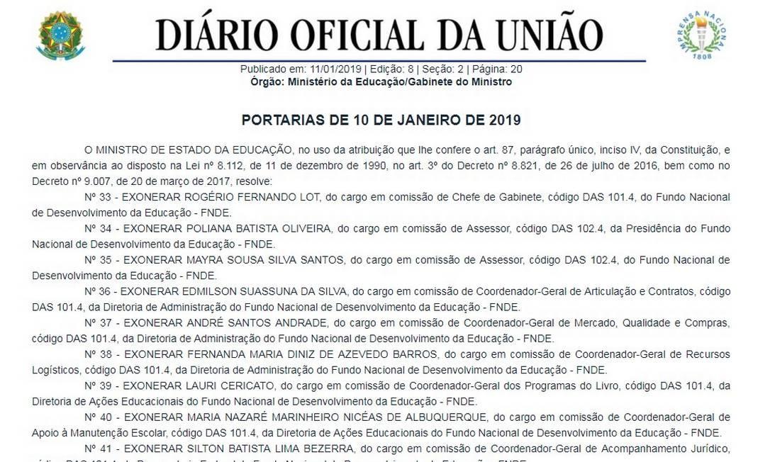 Publicação no Diário Oficial da União de 11 de janeiro de 2019 em que o Ministro da Educação exonera os servidores responsáveis pelas alterações no edital dos livros didáticos Foto: Reprodução / Reprodução