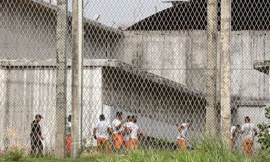 Detentos circulam em pátio do complexo penitenciário de Itaitinga, próximo a Fortaleza, onde vários chefes de facções estavam presos 09/01/2019 Foto: PAULO WHITAKER / REUTERS