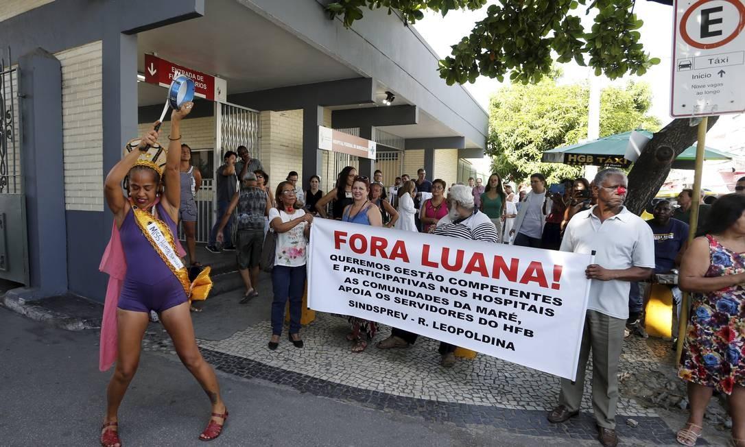 Miss HFB (Hospital Federal de Bonsucesso) foi uma das manifestantes no protesto Foto: Domingos Peixoto / Agência O Globo