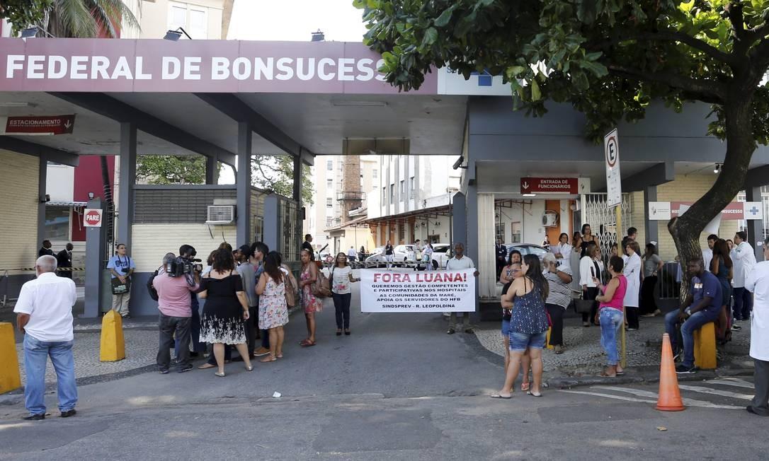 O protesto começou uma hora antes do início da festa Foto: Domingos Peixoto / Agência O Globo