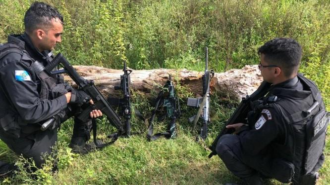 Os PMs com os fuzis apreendidos Foto: Polícia Militar / Divulgação