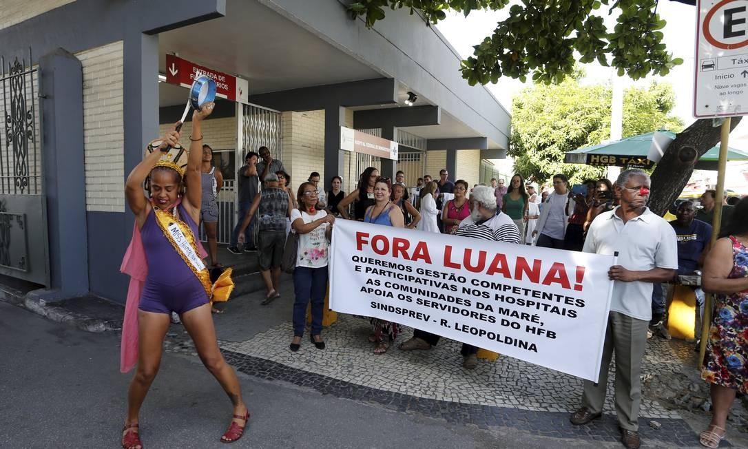 Funcionários protestaram contra festa de 156 mil com tenda climatizada no hospital de Bonsucesso. Foto: Domingos Peixoto / Agência O Globo