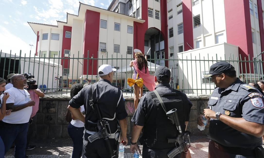 Policiais militares foram chamados para conter os manifestantes Foto: Domingos Peixoto / Agência O Globo