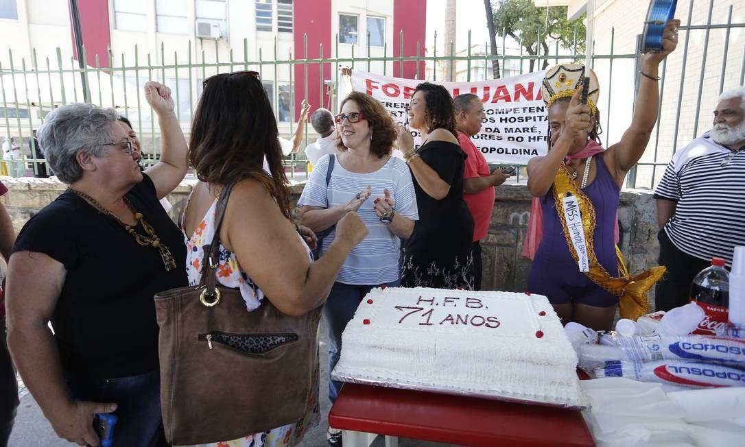Funcionários protestam em ritmo de festa Foto: Domingos Peixoto / Domingos Peixoto