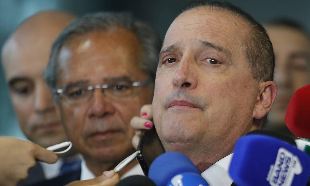 Os ministros Onyx Lorenzoni (Casa Civil) e Paulo Guedes (Economia) durante entrevista Foto: Jorge William / Agência O Globo