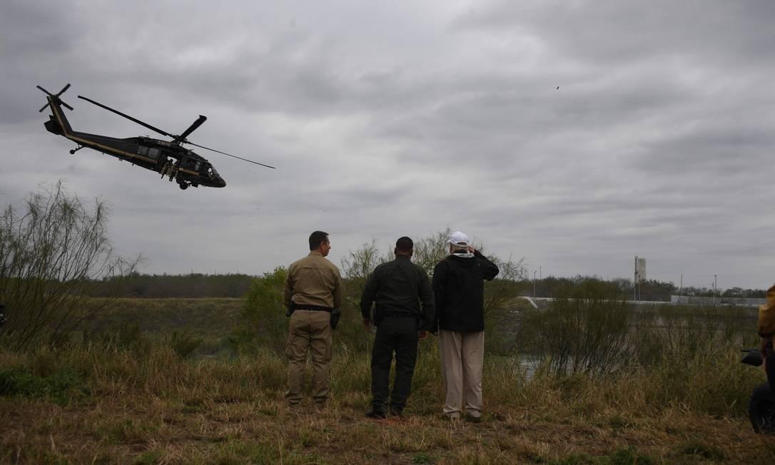 Trump com patrulheiros da fronteira em visita à divisa com o México, na quinta-feira Foto: JIM WATSON / AFP/10-1-2-2019