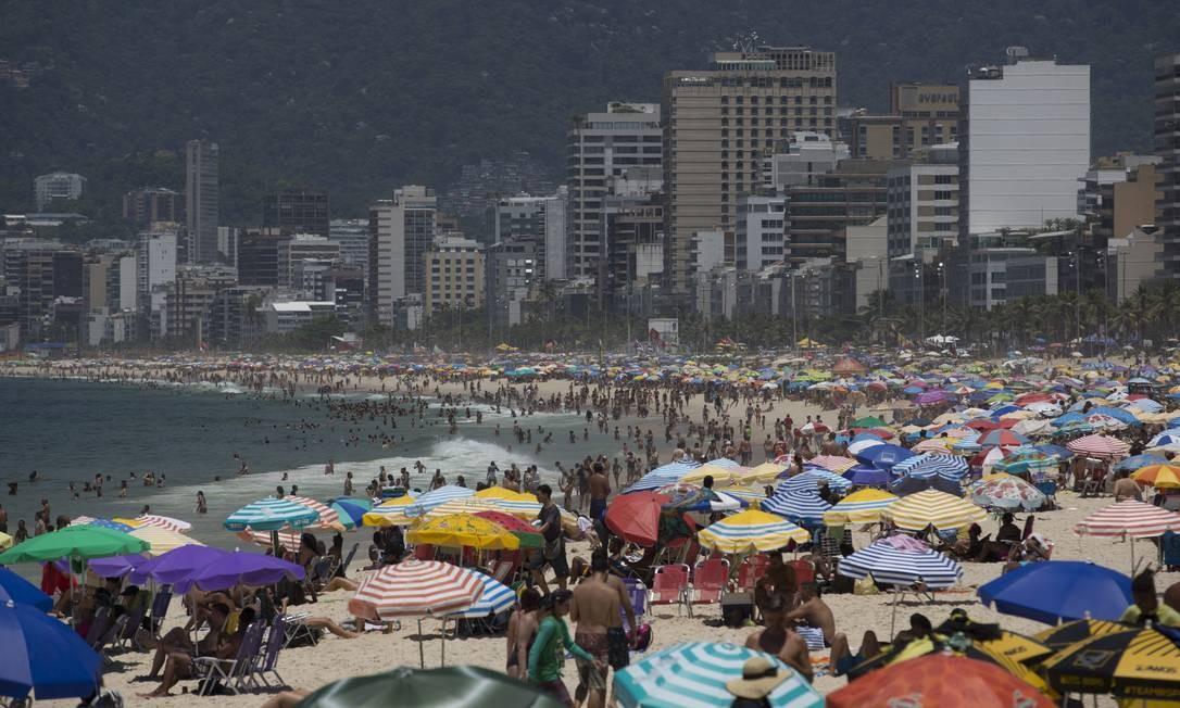 Com sol e calor, praia do Arpoador ficou lotada na última terça Foto: Márcia Foletto / Agência O Globo