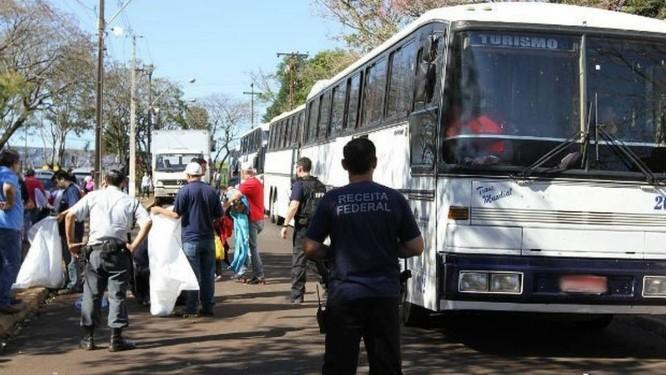Ônibus são apreendidos com mercadorias estrangeiras no Paraná Foto: Receita Federal/Divulgação