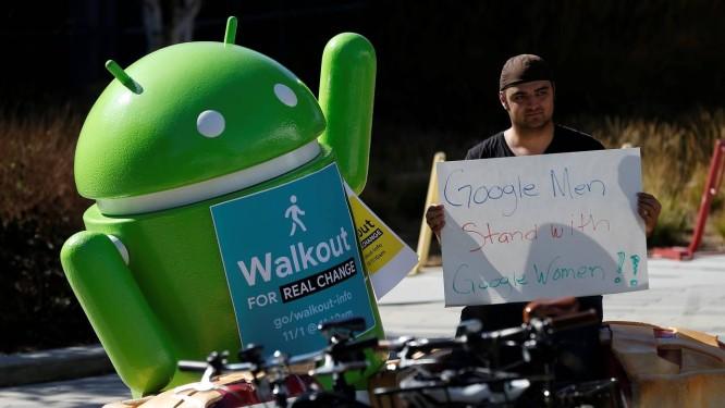 Funcionário do Google segura cartaz em apoio ao protesto de funcionárias da empresa que teve diversos executivos acusados de assédio sexual Foto: STEPHEN LAM / Reuters